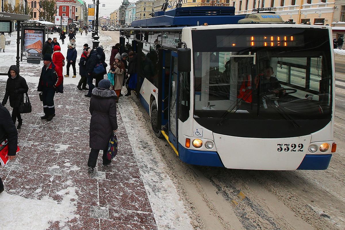 Кондуктор выгнала школьницу из троллейбуса из – за нехватки 1 рубля