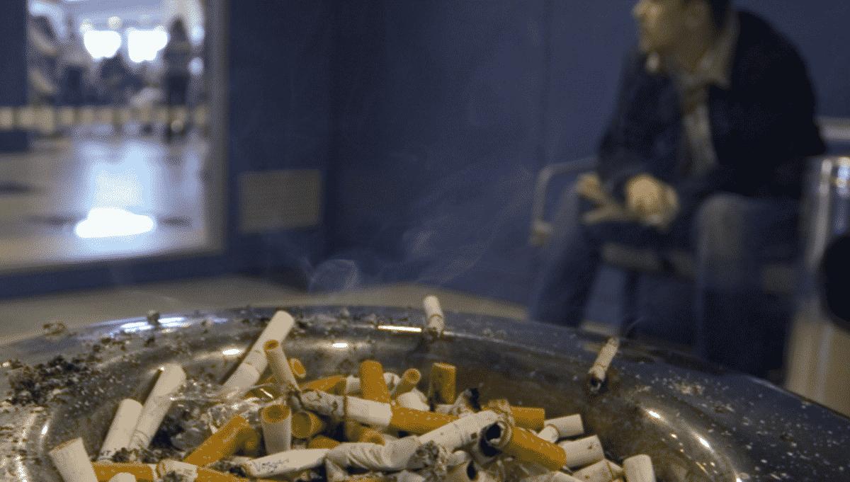 Курение в аэропортах опять станет нормой