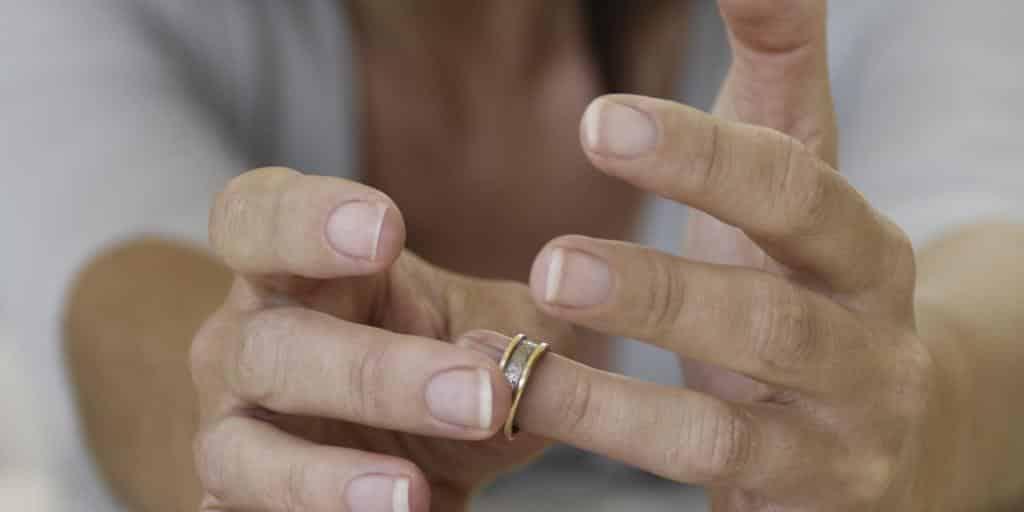 Можно ли носить обручальное кольцо после развода: что делать с обручальным кольцом после развода, согласно приметам