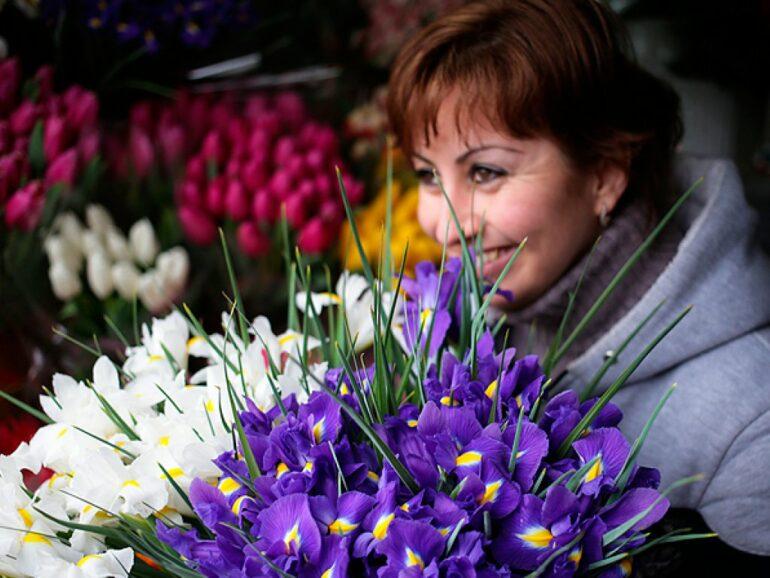 Какие цветы дарить на 8 Марта 2020: жене, коллегам, маме