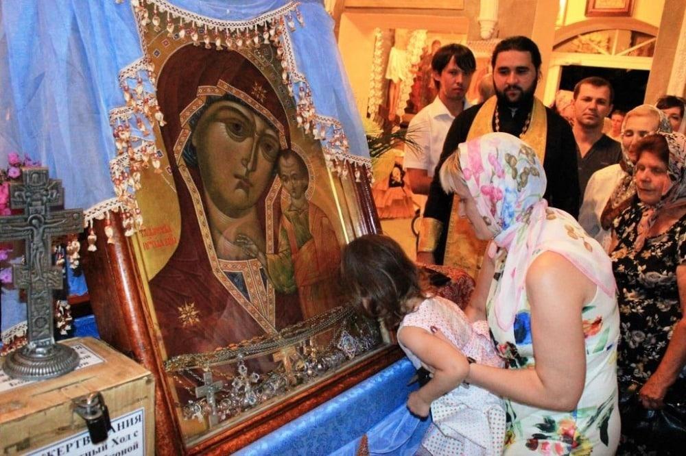Целуя иконы в церкви, можно заразиться коронавирусом
