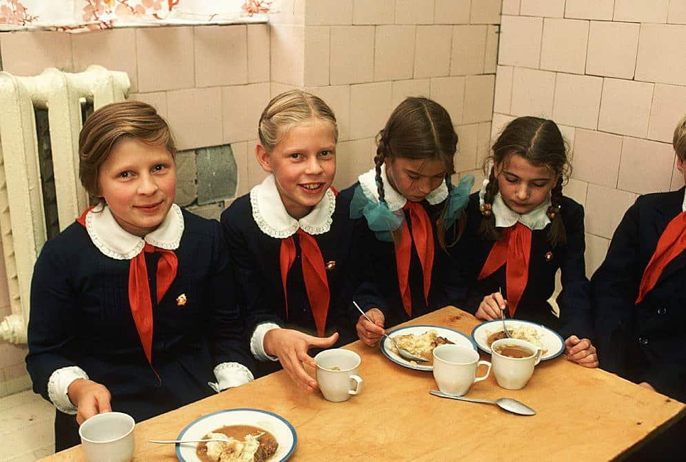 Принципы советского питания: сосиски и пельмени взрослым, «Ситро» и «Ирис» детям