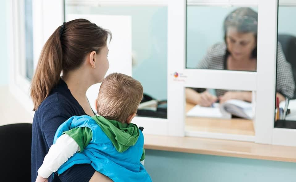 Пособие для одиноких родителей предложили ввести в Национальном родительском комитете