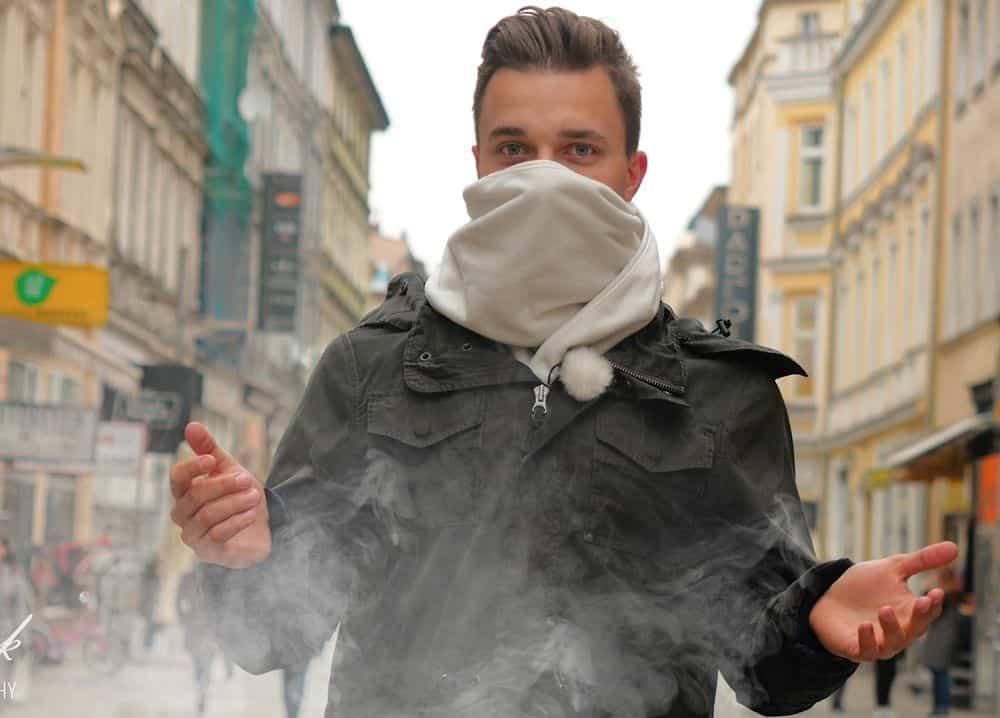 Почему вместо маски нельзя надевать шарф: рассказал вирусолог