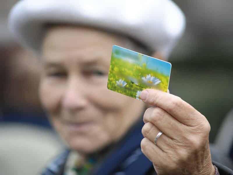 С 1 июля 2020 пенсионеров, получающих пенсию на карту, ждут изменения