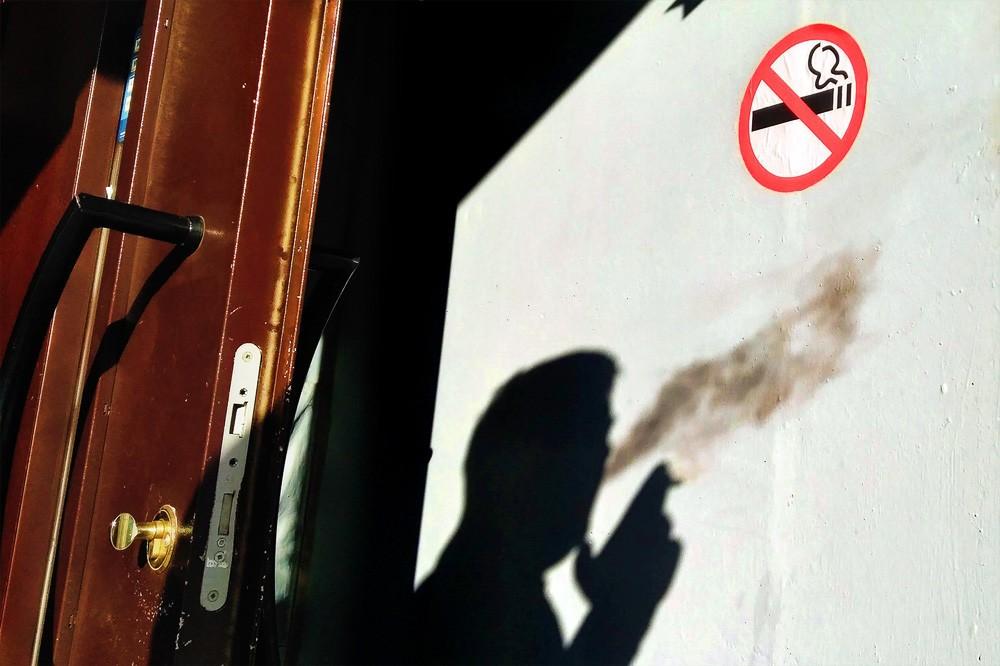 Запрет на курение на балконе в России: нарушителей спровоцировавших пожар ждёт штраф