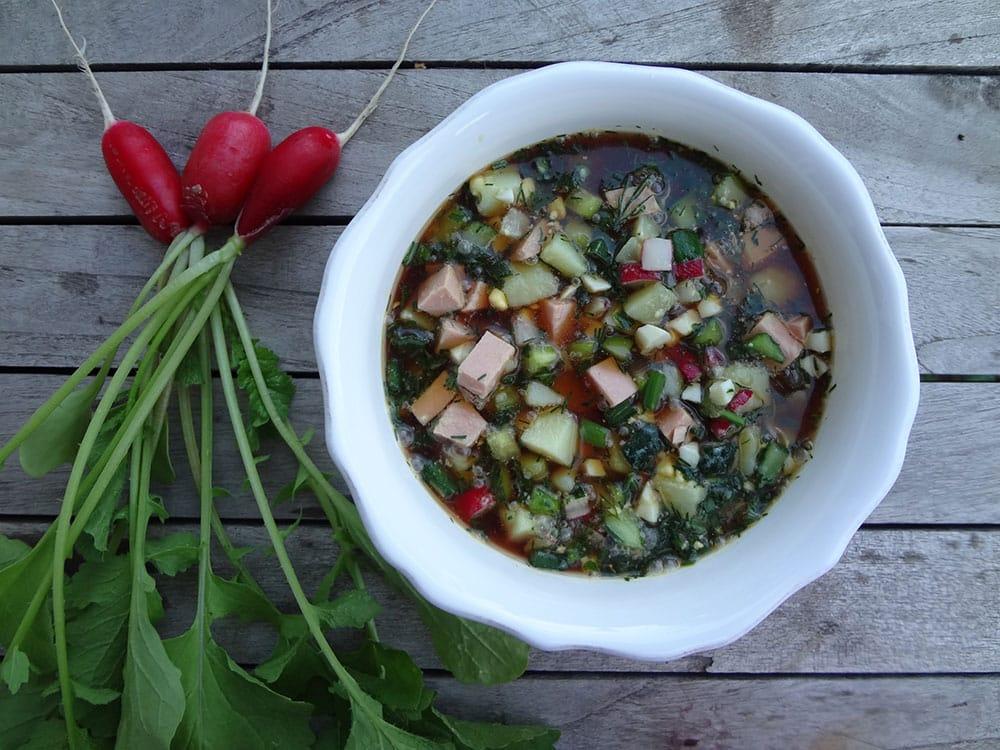 Простой рецепт вкусной классической окрошки с вареной колбасой на квасе