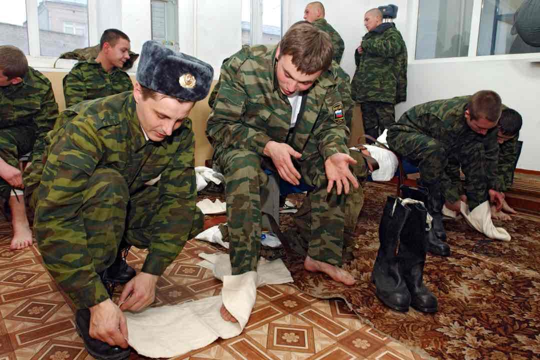 Почему в Советской и Российской армии солдат заставляли носить портянки