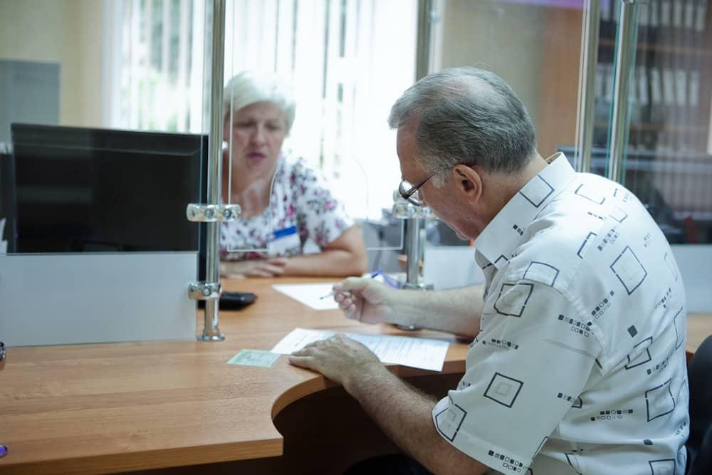 Подробности индексации выплат работающим пенсионера, разъяснили в ПФР