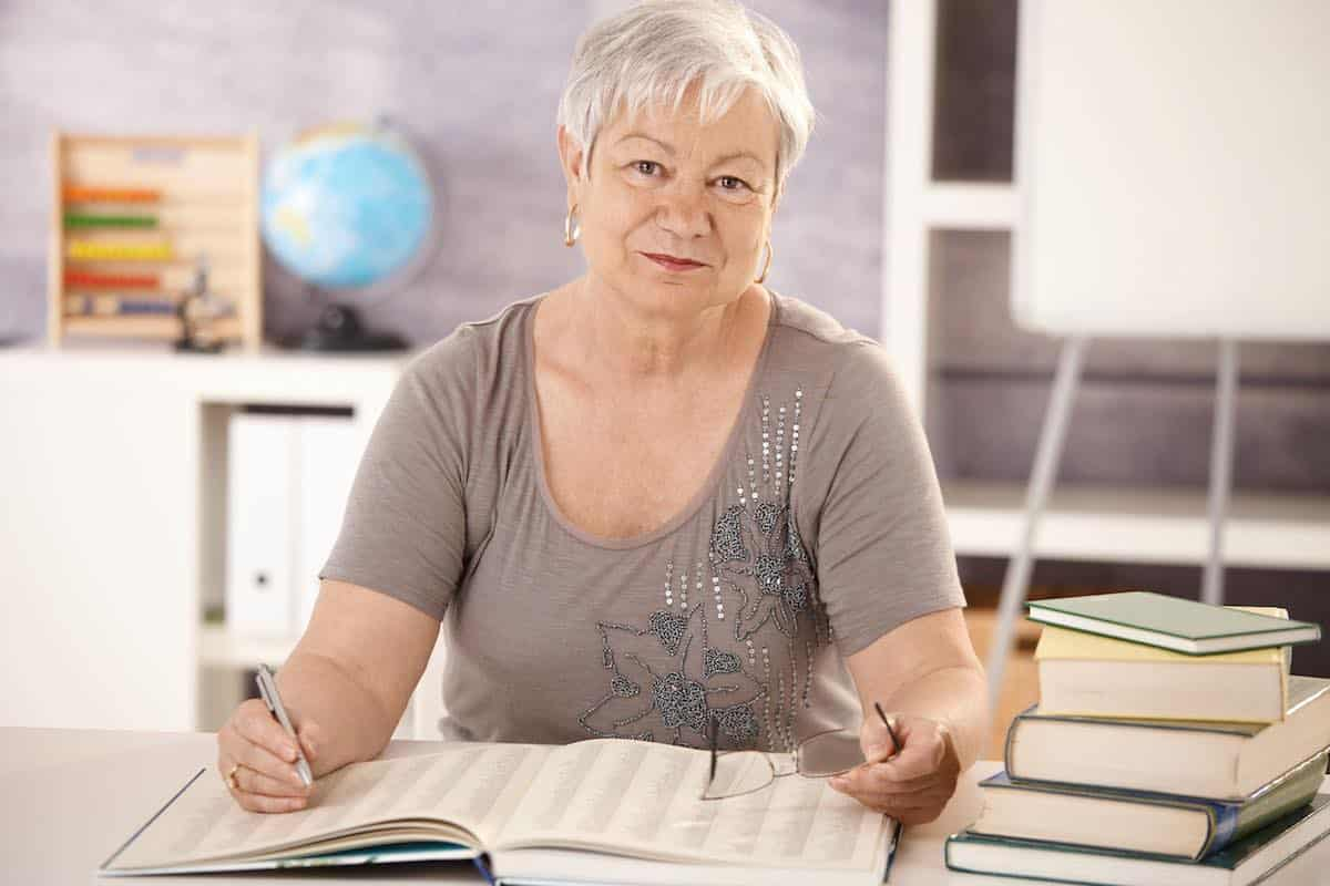 Учителям пенсионного возраста могут рекомендовать работать удаленно с начала учебного года