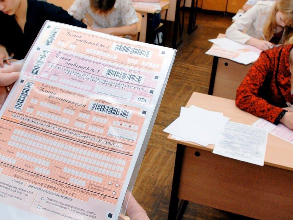 Выпускники заканчивают сдавать ЕГЭ: особенности экзамена в 2020 году
