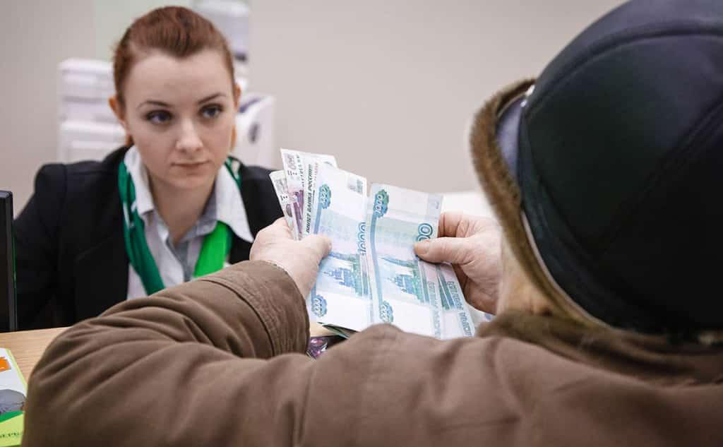Россияне стали закрывать банковские счета из-за закона о налоге на вклады