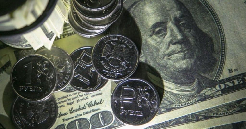 Экономисты считают что в июле рубль будет слабеть