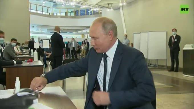 Песков объяснил появление президента без маски в день голосования по поправкам в Конституцию