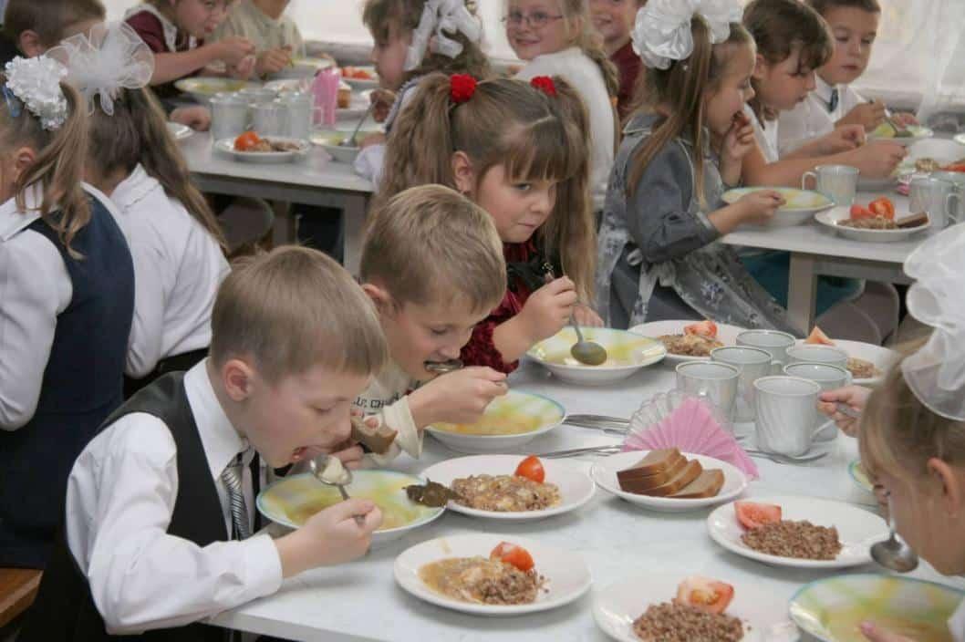 Поэтапное введение бесплатного питания для школьников начнется в России уже с 1 сентября 2020 года