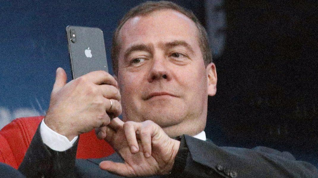 В сети обсуждают возможность Дмитрия Медведева стать сенатором пожизненно