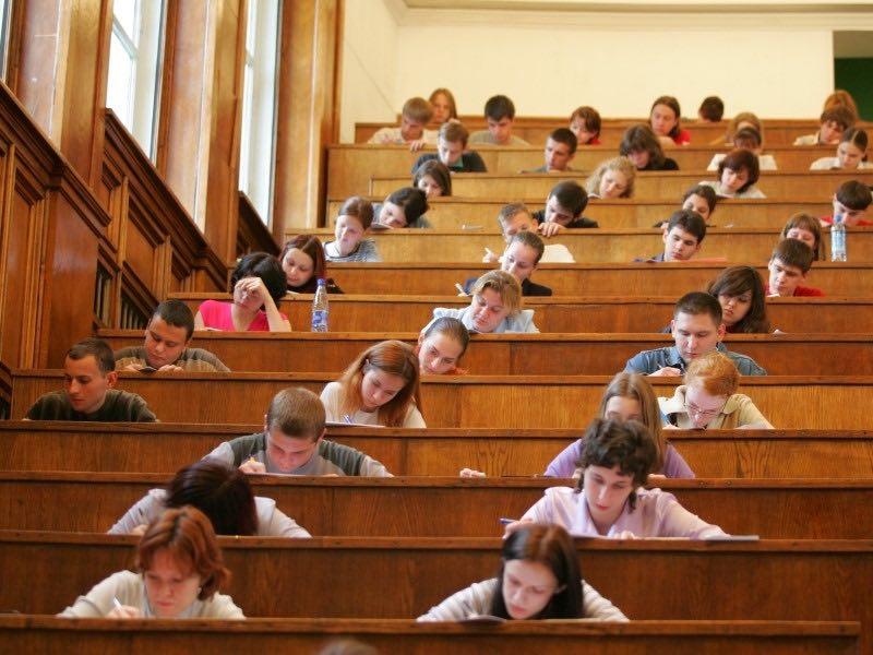 Большинство образовательных учреждений начнут новый учебный год 1 сентября, заверил глава правительства