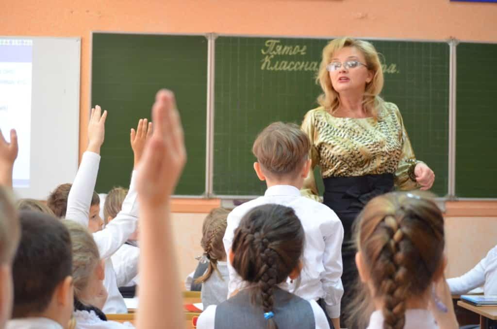 О намерении изменить систему оплаты учителям, сообщил Михаил Мишустин в Госдуме