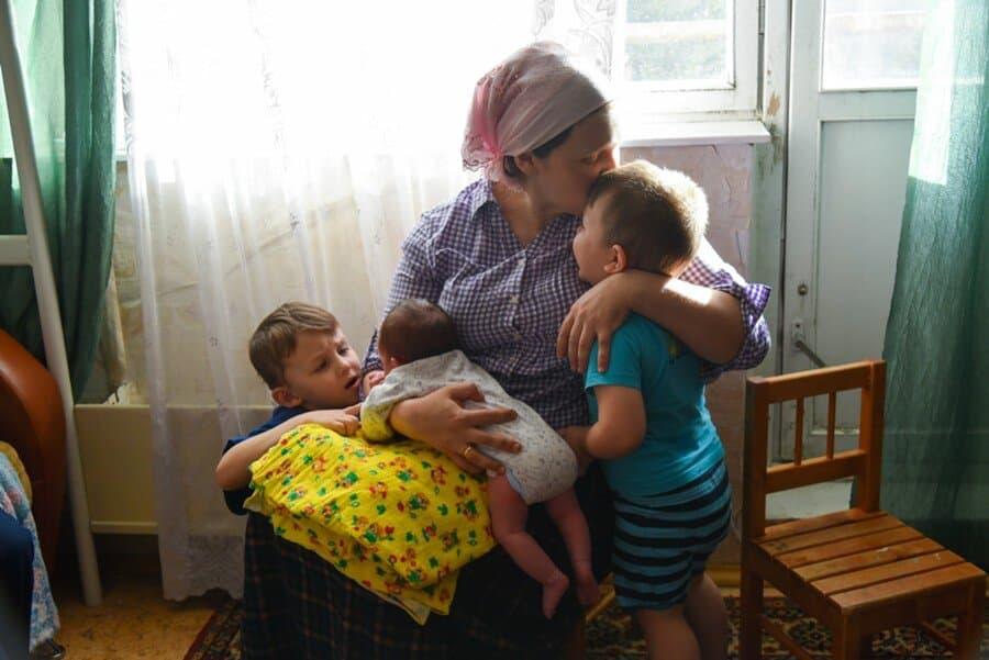 Помощи от государства ждут малоимущие семьи с детьми к началу учебного года