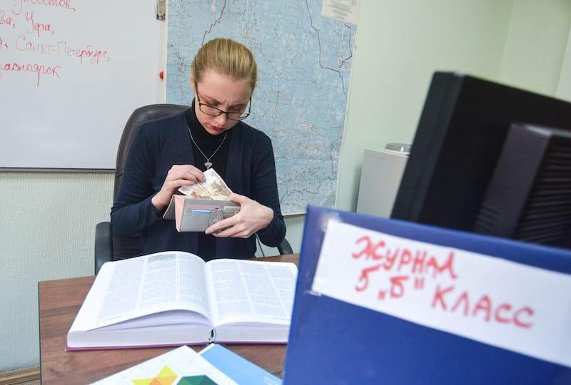 Мишустин распорядился ввести единые требования к оплате труда учителей