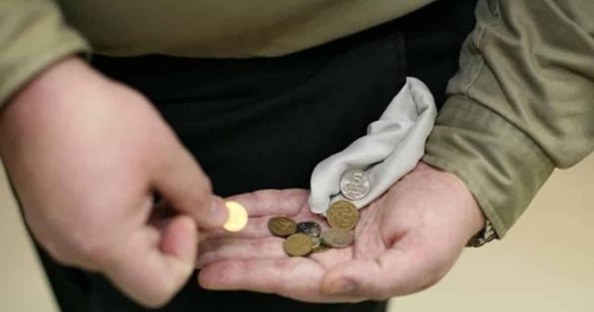 Малоимущим россиянам по новому закону могут списать долги