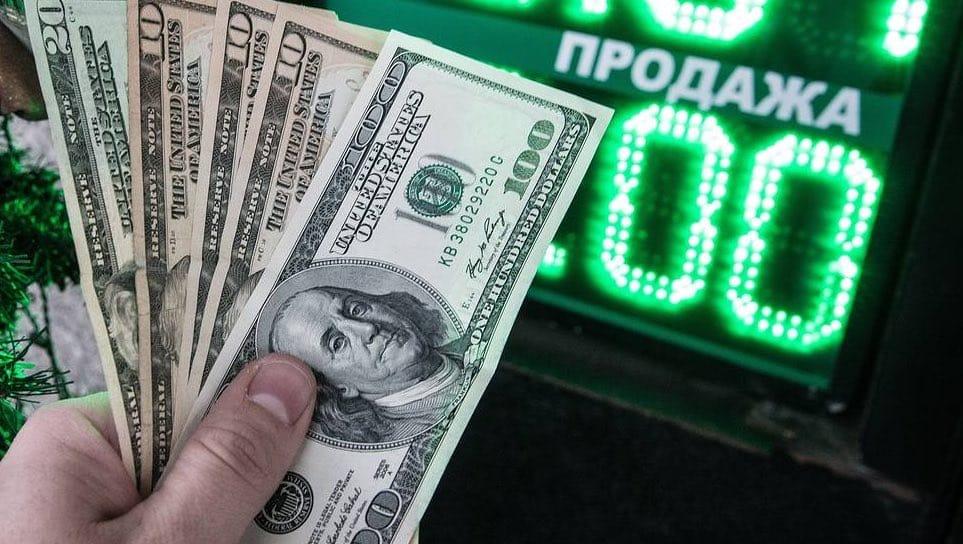 Эксперты считают ослабление рубля, следствием наступления дивидендных выплат