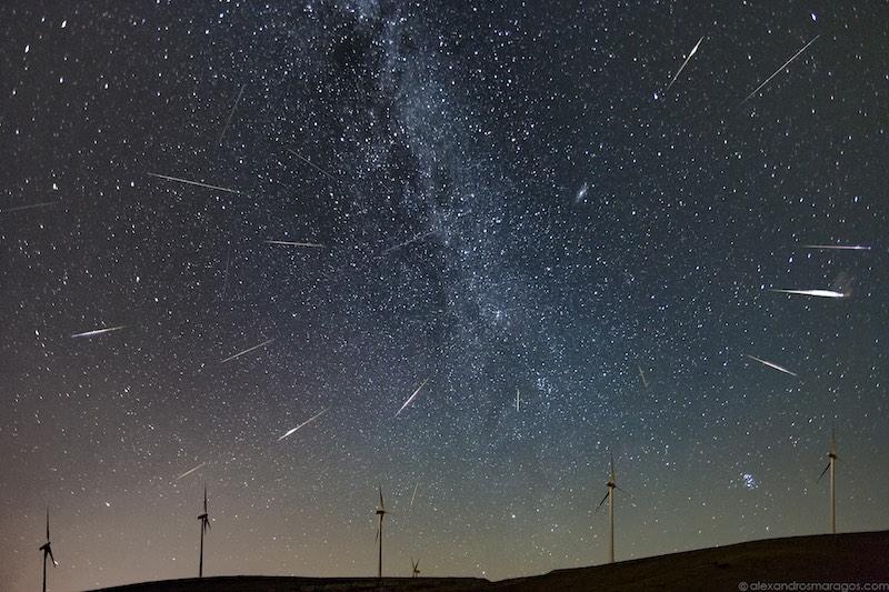 Метеорный поток на небе, можно будет наблюдать невооруженным глазом в августе