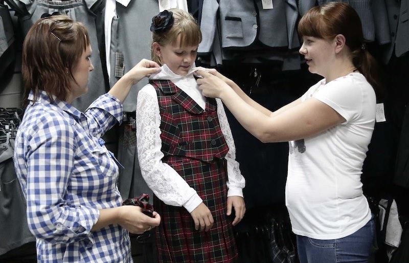 О материальной компенсации малоимущим семьям за школьную форму, рассказали в Минсоцразвития