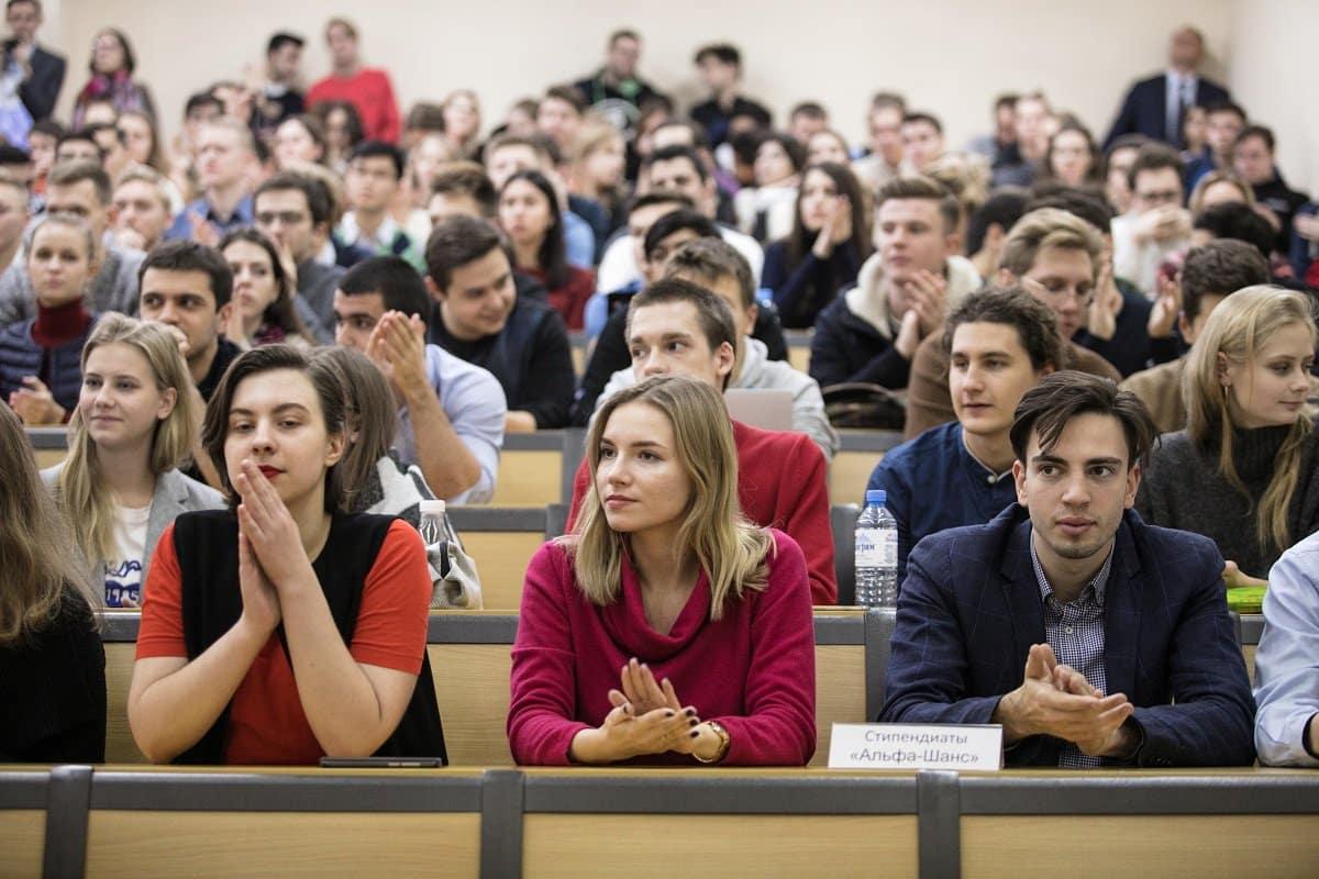 Правительство снизило ставку и улучшило условия кредитов на образование для студентов