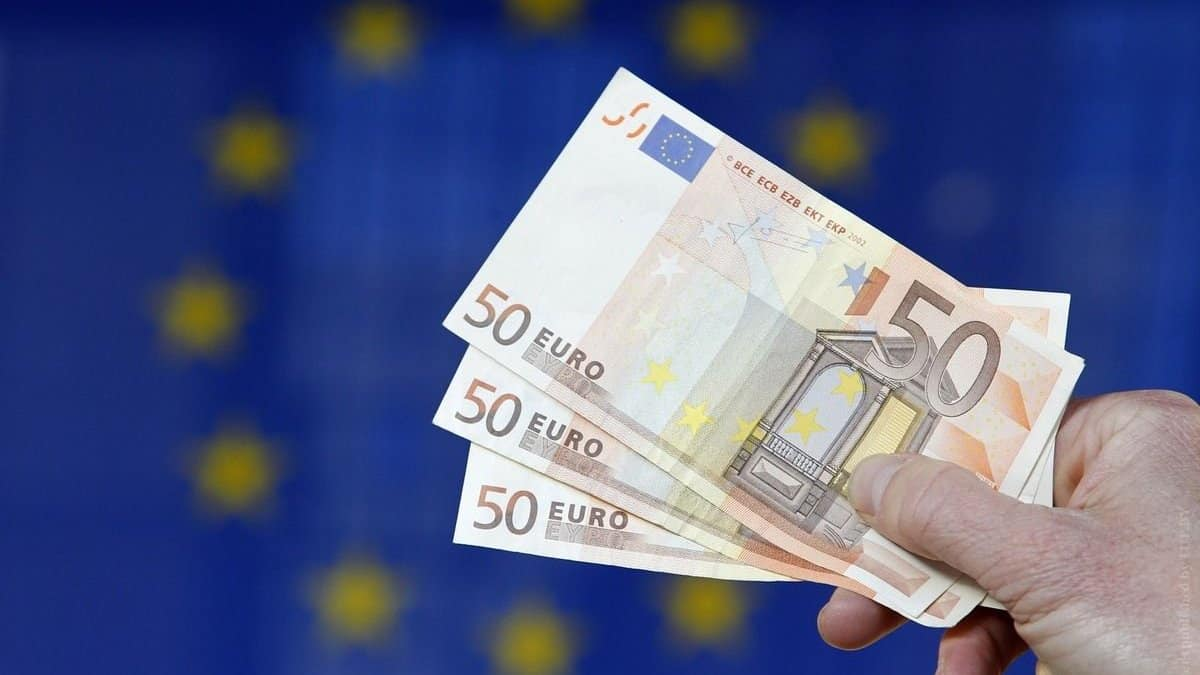 О причинах падения рубля в июле и августе, рассказали эксперты