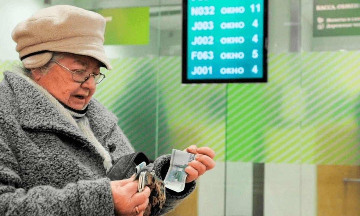 В октябре пособия и пенсии будут переводить только на карты Мир