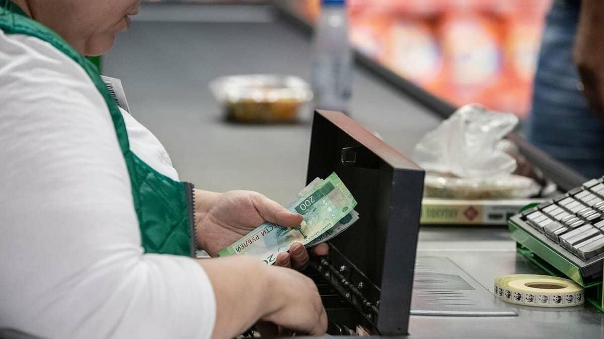 Россиянам разрешат пополнять счета банковских карт на кассах в крупных магазинах