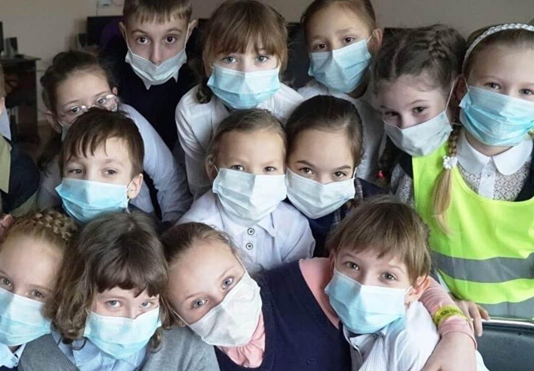 Нужно ли носить маски детям во время эпидемии коронавируса, рассказали в Роспотребнадзоре