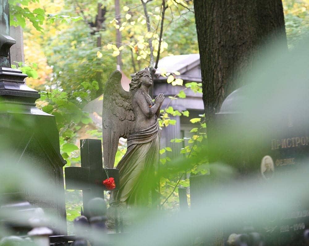 Загадки Ваганьковского кладбища: почему светится могила Джуны и другие мистические явления