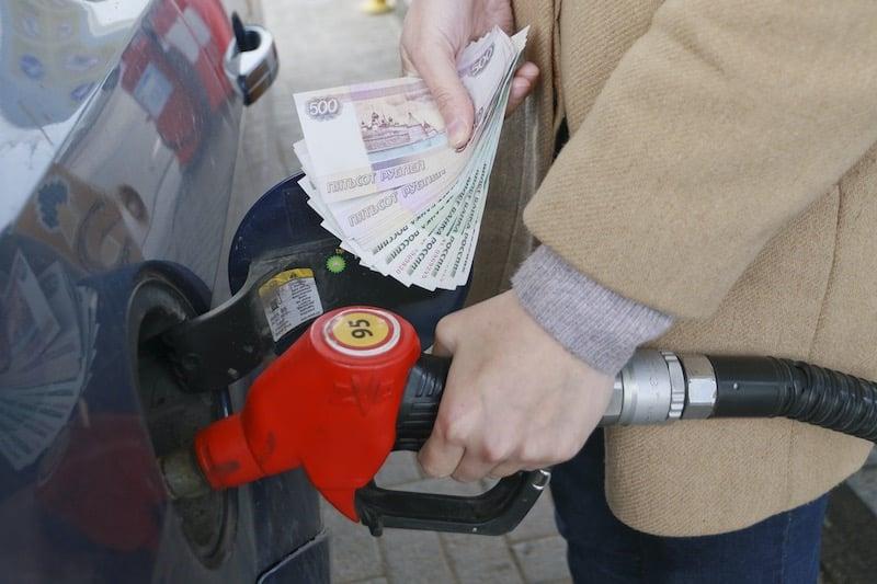 Рост цен на бензин может стать следствием отмены транспортного налога, считают эксперты
