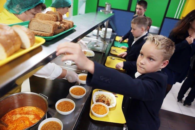 Бесплатное горячее питание для младших классов появилось во многих школах России с 1 сентября