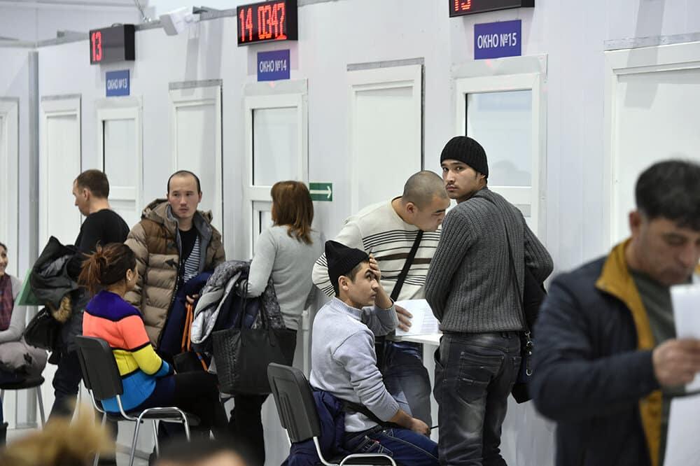 Визы мигрантам в России могут автоматически продлить из-за коронавируса