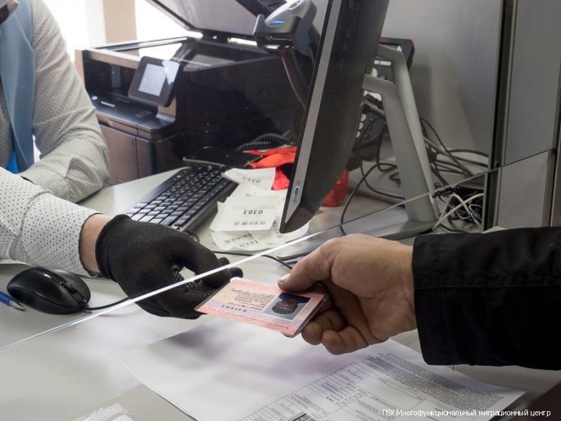 Авансовый налог, ID-карты, дактилоскопия: что изменится в жизни трудовых мигрантов