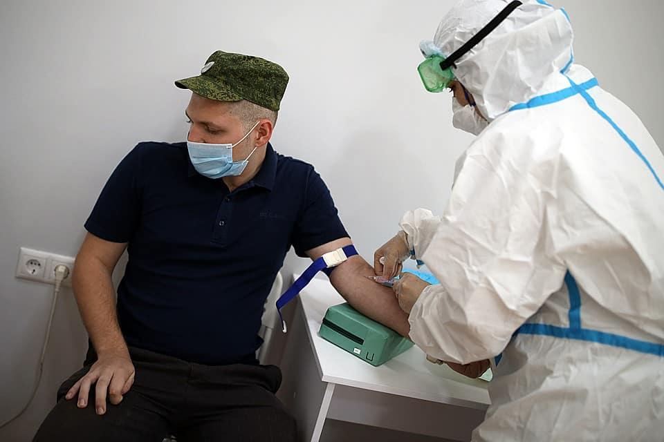 Вакцинацию россиян от коронавируса планируют начать в ноябре, рассказал глава Минздрава