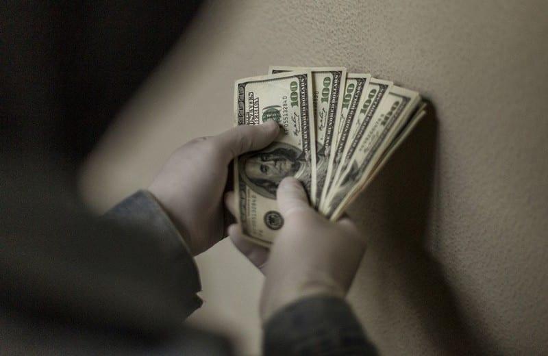 Россияне переживают за долларовые вклады из-за спада экономики в стране
