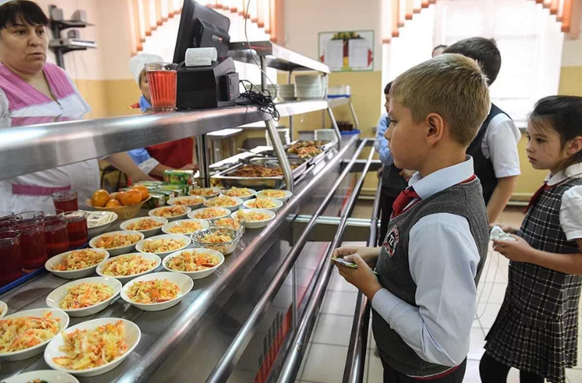 Отзыв или жалобу на питание школьников можно оставить на Госуслугах, сообщили в Минобразования