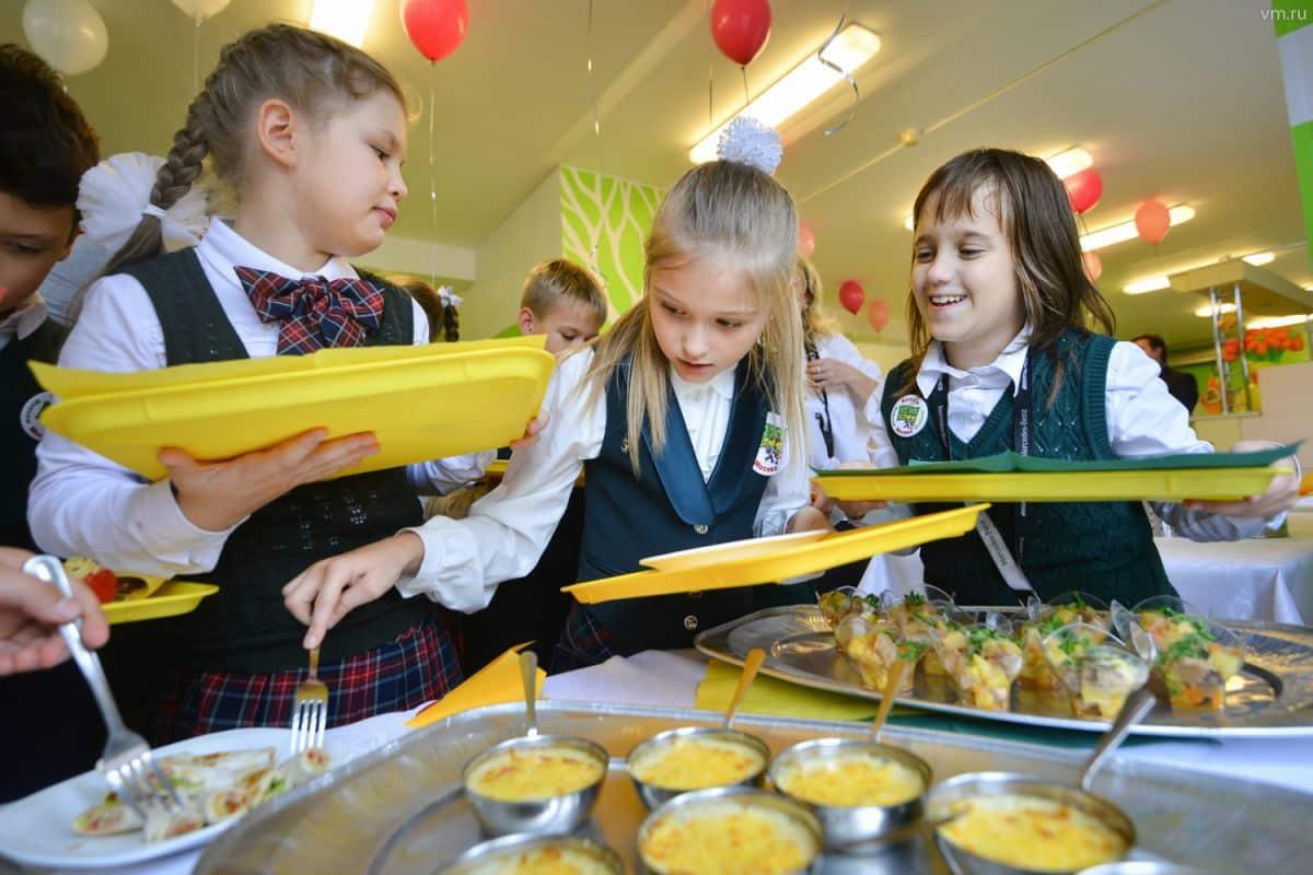 Школьникам Москвы выдадут продуктовые наборы вместо питания во время осенних каникул