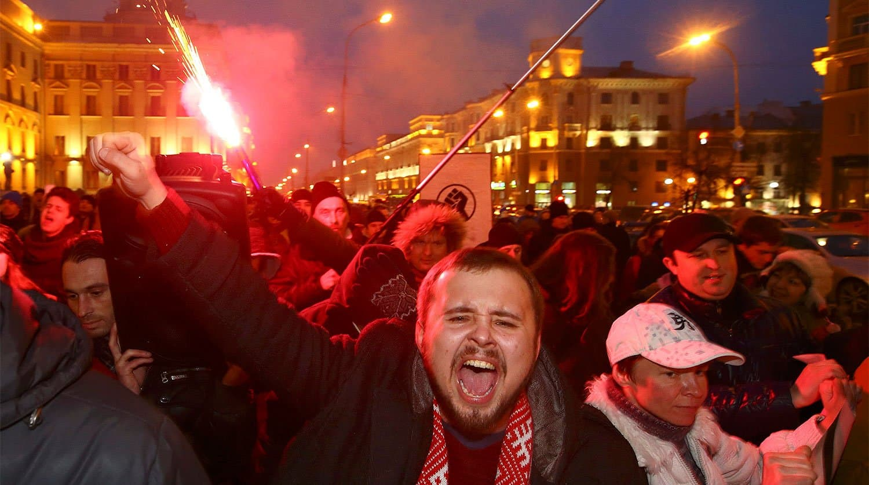 Белорусы вышли на марши протеста, несмотря на угрозы властей открыть огонь на поражение
