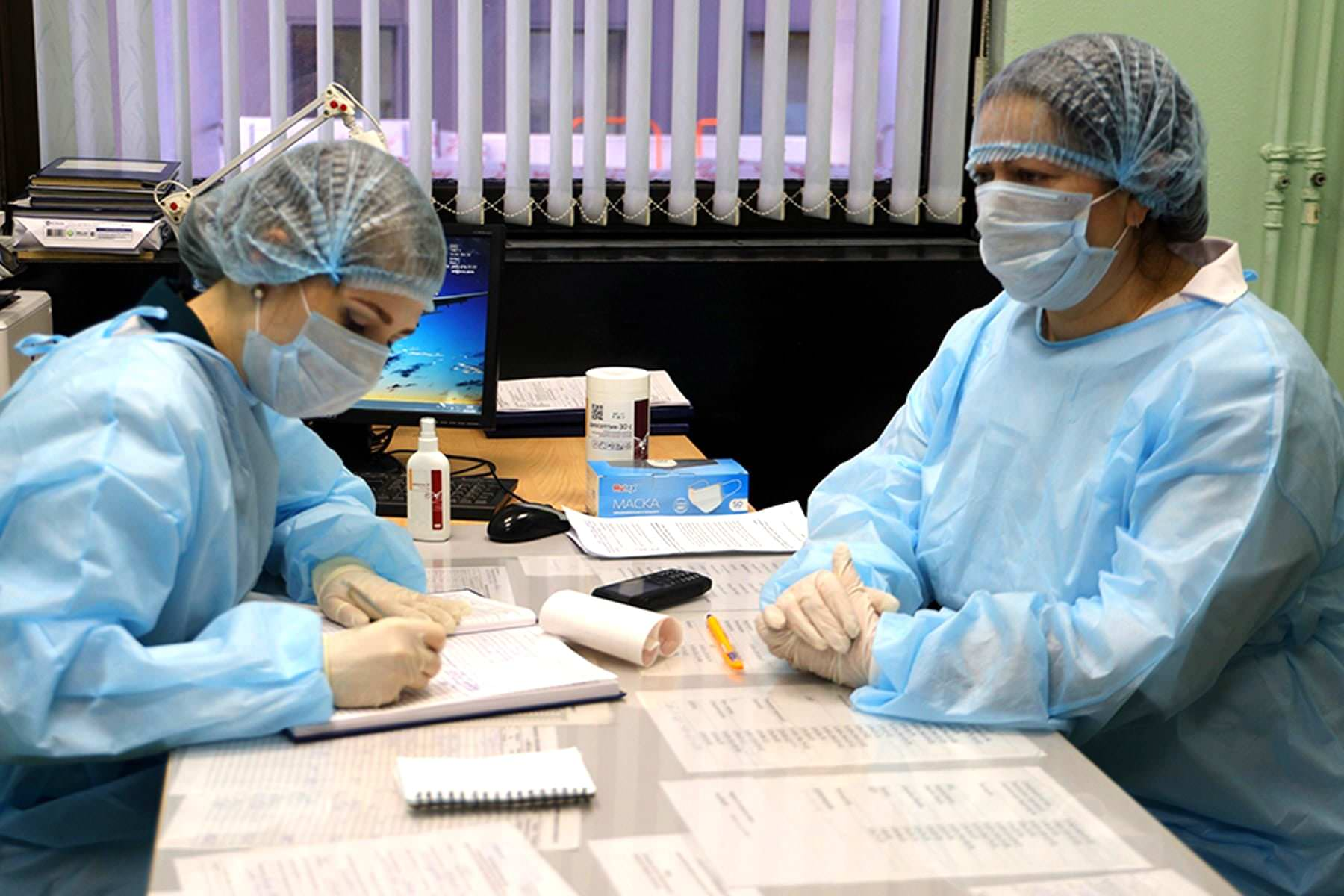 Путин одобрил изменить и продлить выплаты врачам работающим с коронавирусом