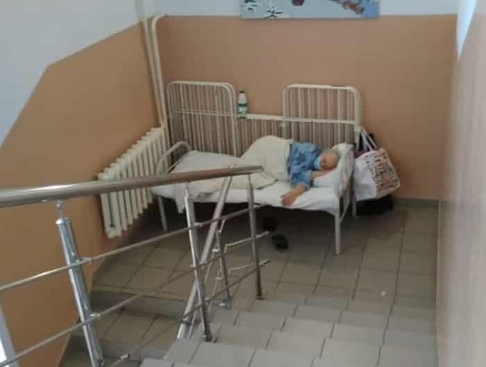 Мест в больнице нет: пациентов с коронавирусом размещают прямо на лестнице