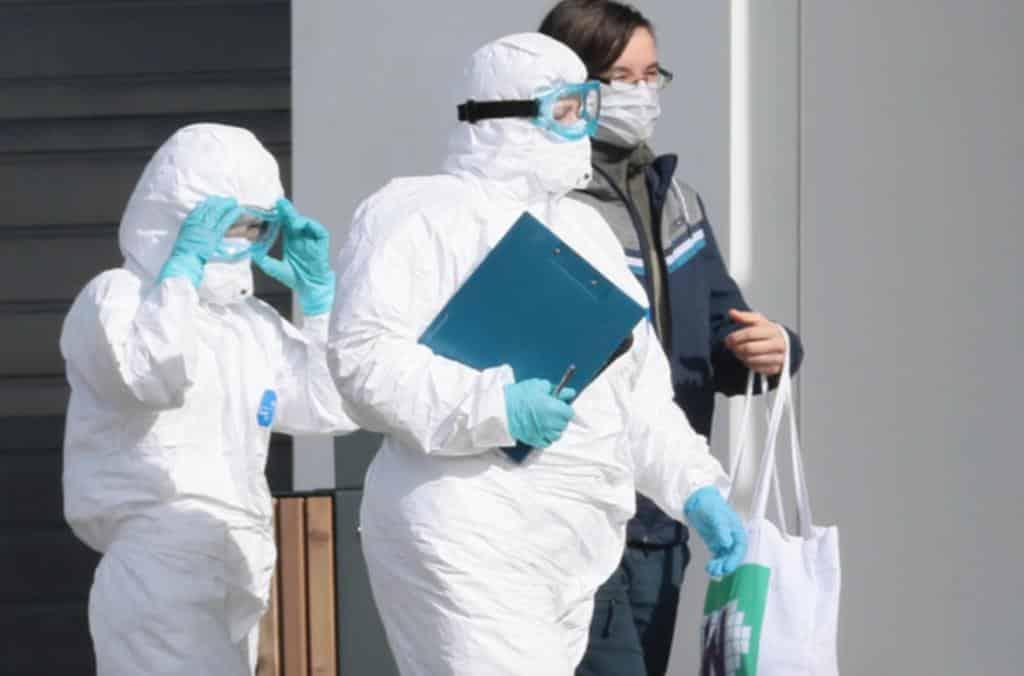 Медики будут получать доплату за лечение коронавируса посменно