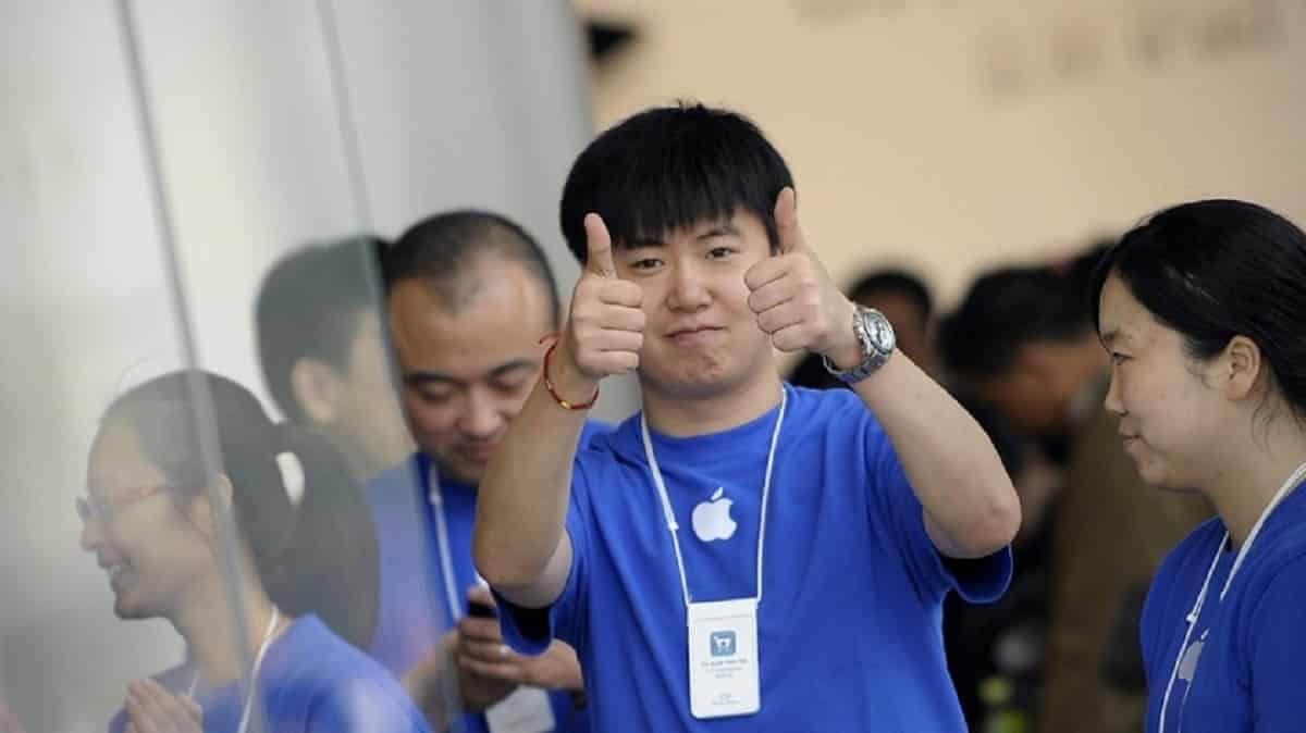Акции Apple сильно подешевели на фоне низких продаж нового iPhone 12 в Китае