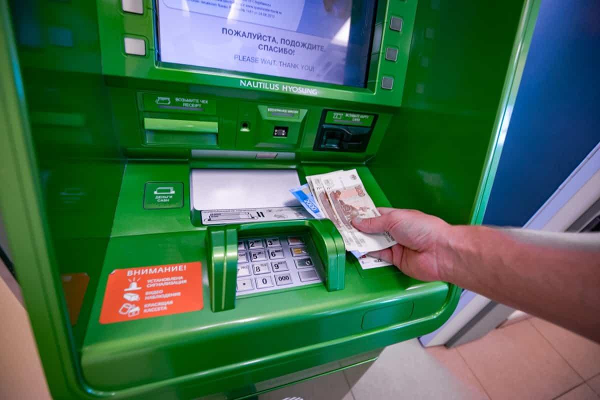 Россияне отказываются от наличных денег в пользу банковских карт