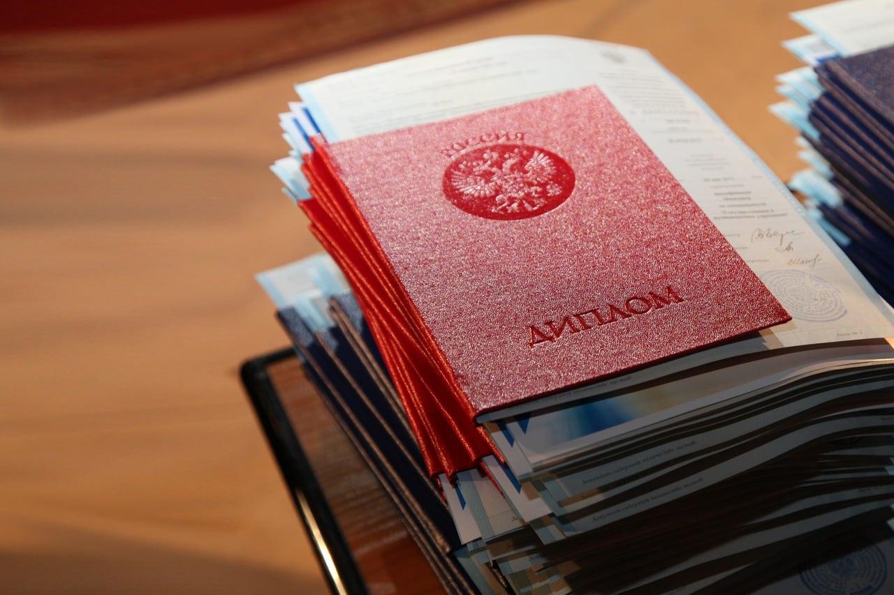 """Правительство хочет ввести """"срок годности"""" для российских дипломов"""