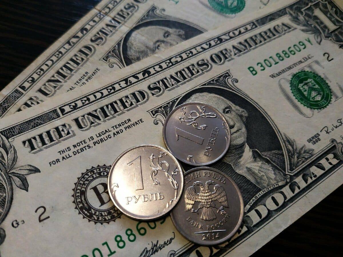 Доллар на докризисных отметках: эксперты настроены на укрепление рубля в декабре